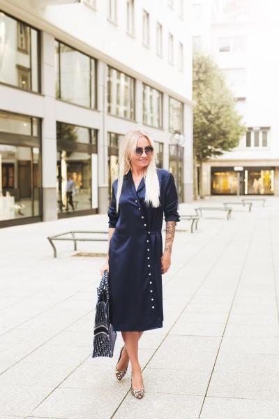 Blaue Kleid mit raffinierten Details