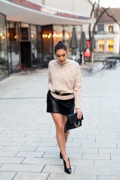 Stehkragen-Pullover mit Strickmuster